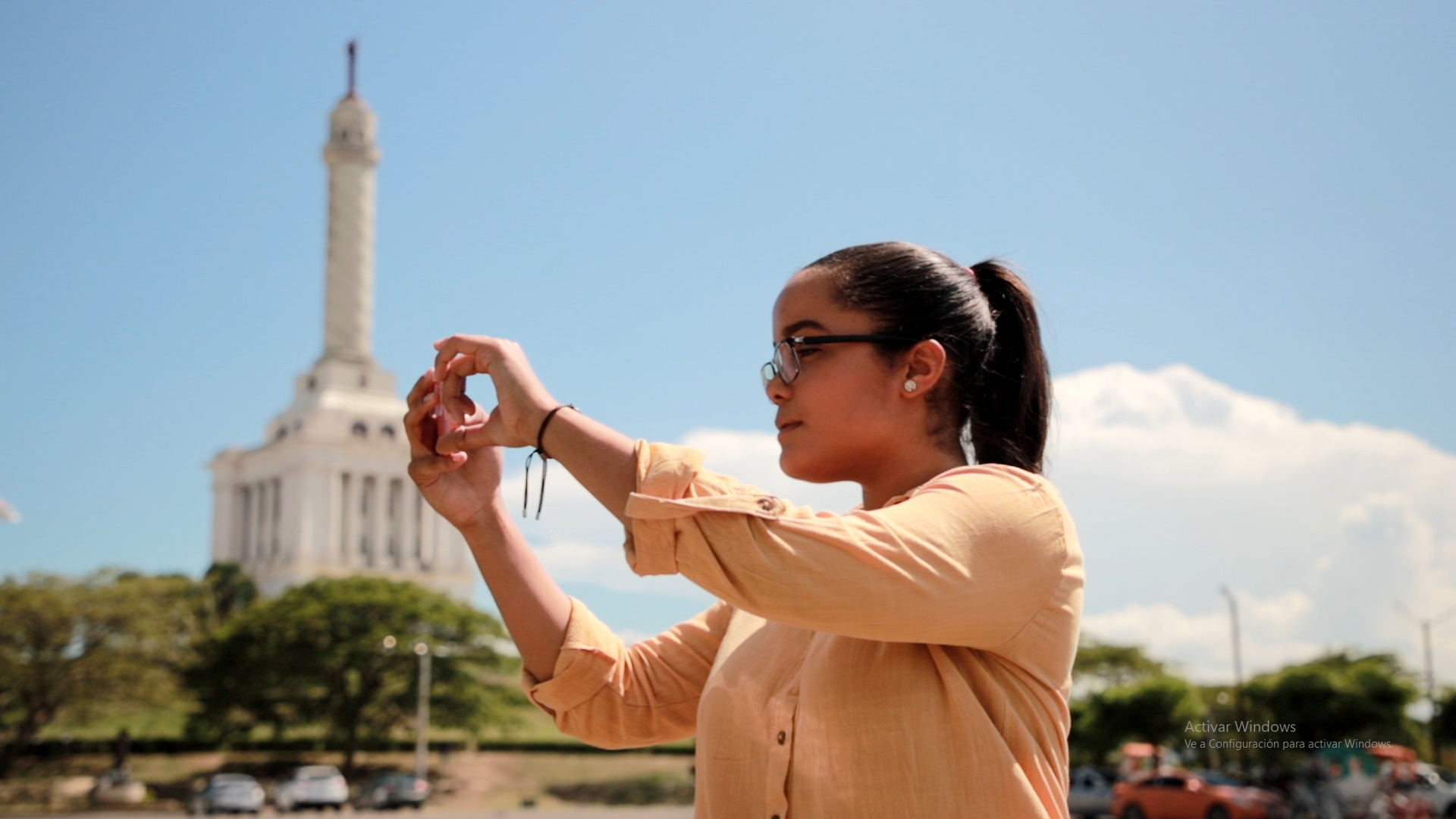 A volunteer with the DATUM initiative uses her phone and a mapping app to chart the less formal transit routes of Santiago de los Caballeros. (Conuco/BID)