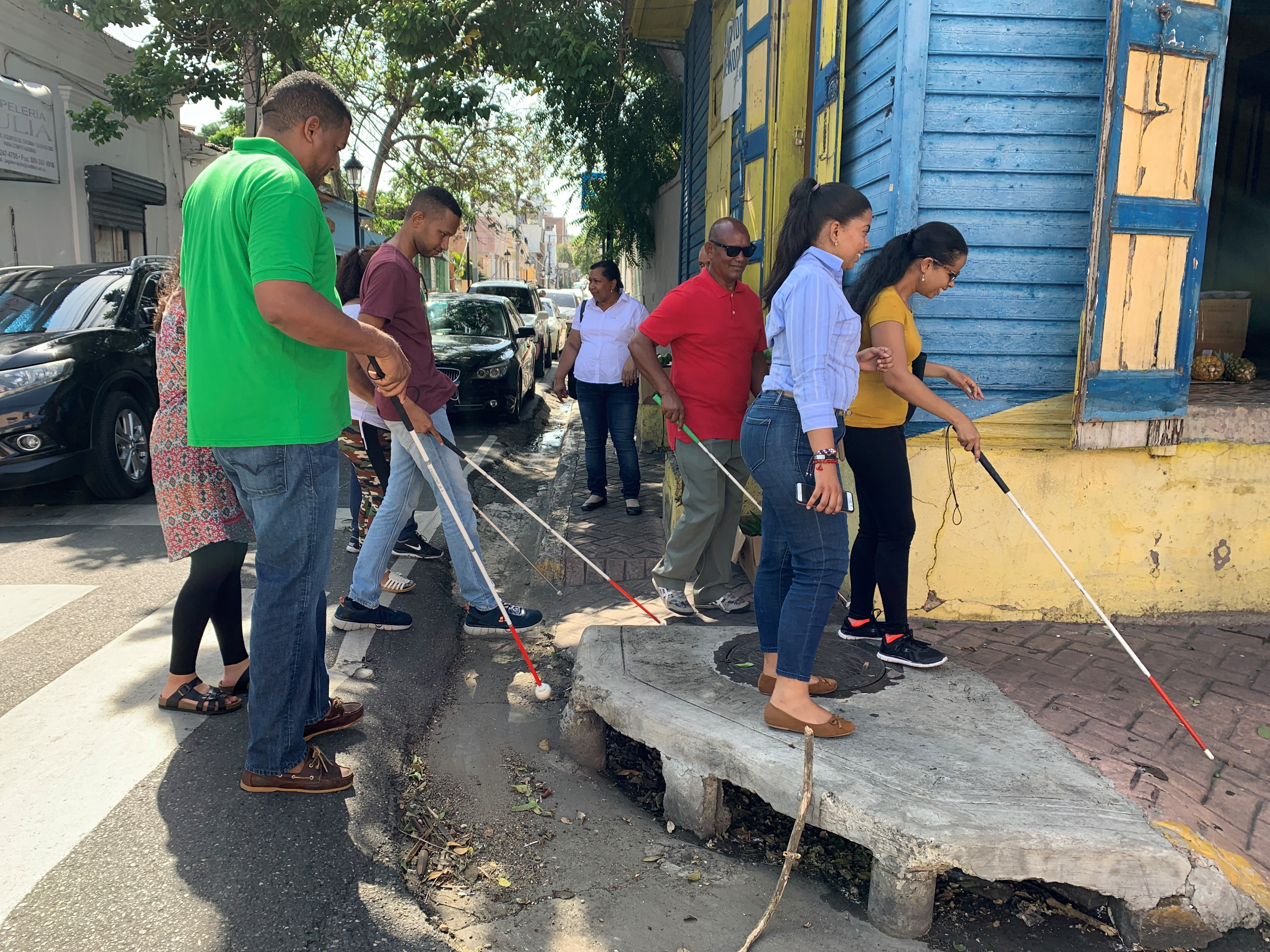 Volunteers with visual disabilities evaluate a neighborhood where a school for the blind is located to identify transportation accessibility challenges. (Natalia Coachman/IDB)